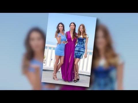 Les mannequins de Victoria's Secret Lily Aldridge et Adriana Lima pendant une séance photo à la plage