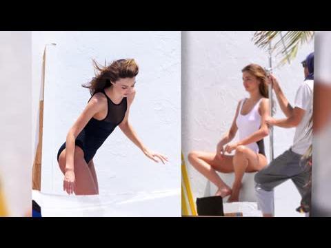 Miranda Kerr en bikini pendant une séance photo