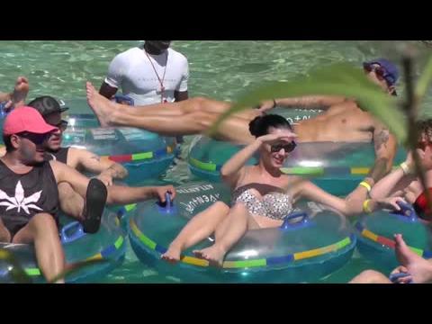 Katy Perry se la coule douce en bikini