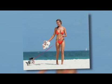 Joanna Krupa en bikini avec son chiot
