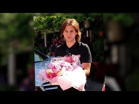 Jonathan Cheban offre des fleurs à Kim Kardashian