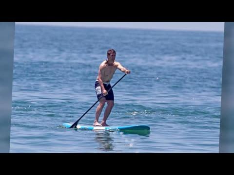 Tom Cruise fait du paddleboard à Malibu