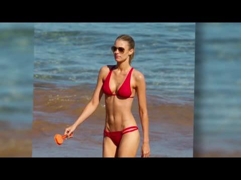 Paige Butcher, affolante à la plage à Hawaï