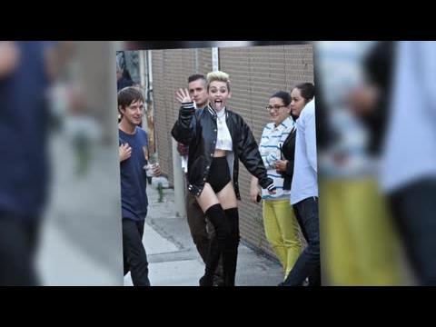 Miley Cyrus dévoile ses jambes en chantant We Can't Stop