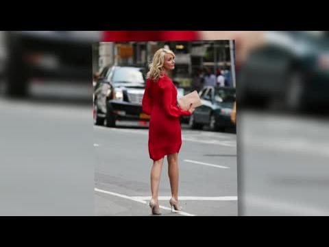 Cameron Diaz dans une robe rouge pendant le tournage de The Other Woman