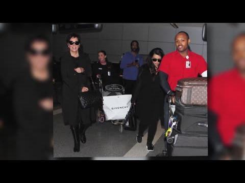 Kim Kardashian enlève ses talons en route pour Los Angeles sans Kanye