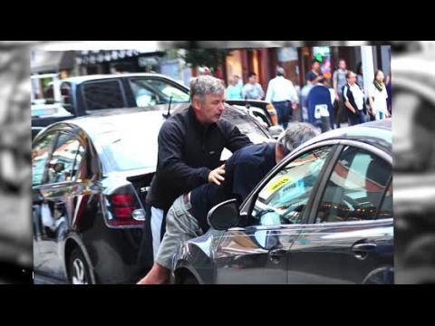 Alec Baldwin attaque un paparazzi quelques jours après l'accouchement de sa femme
