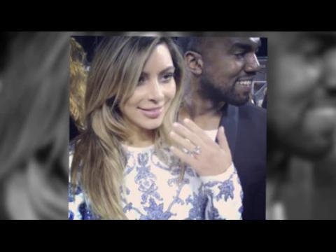 Kim Kardashian montre sa bague de fiançailles offerte par Kanye West