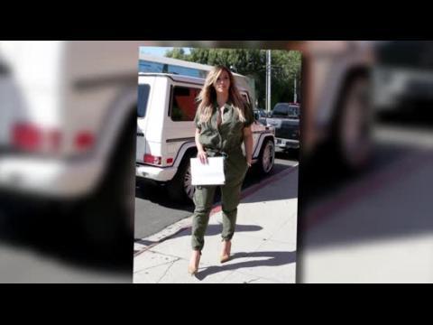 Kim Kardashian porte une combinaison pour aller déjeuner avec Kourtney