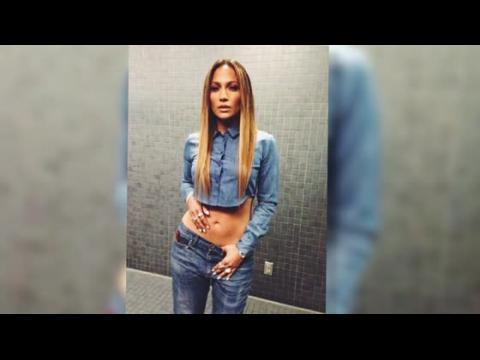 Jennifer Lopez dévoile son ventre plat dans une tenue en jean