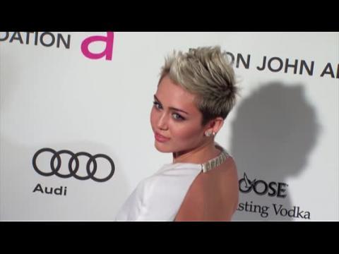 Miley Cyrus invite Sinead O'Connor à discuter
