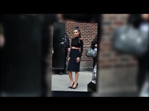 Selena Gomez dévoile son nombril dans un ensemble noir