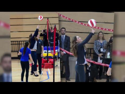 La Duchesse de Cambridge joue au volley en talons