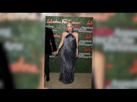 Gwen Stefani se glisse dans une robe à franges pour un gala de stars