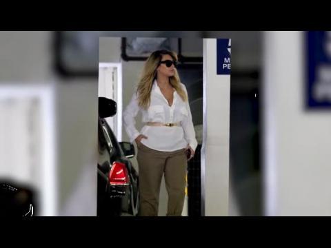 Kim Kardashian dévoile ses cheveux blonds et souligne sa taille