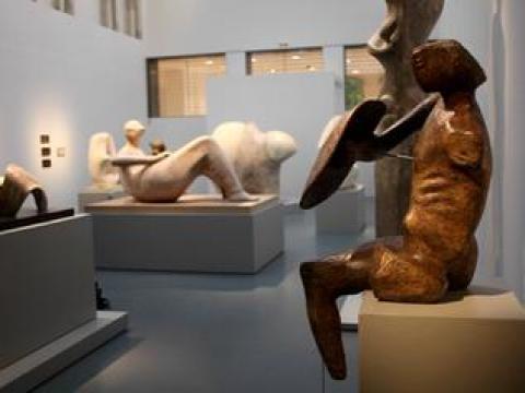 """Denis Monfleur face au """"Guerrier"""" du sculpteur Henry Moore"""