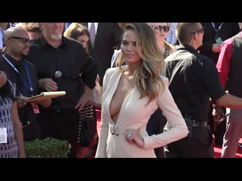Chrissy Teigan imite le look de Kim Kardashian aux ESPYS
