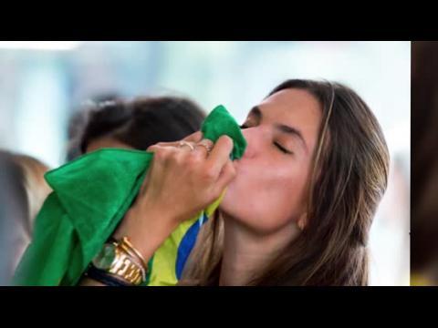 Les mannequins brésiliens dans l'esprit de la Coupe du Monde
