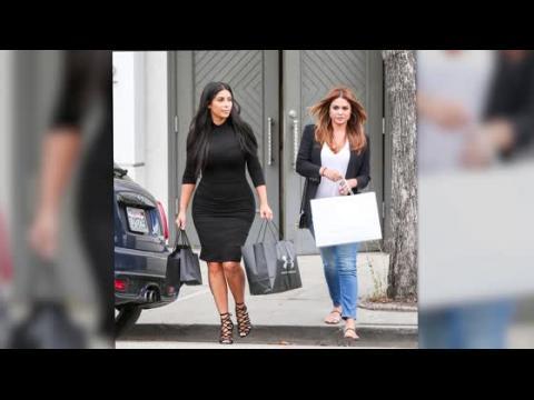 Kim Kardashian, toujours svelte, rappelle à ses fans que ce n'est que le début sa grossesse