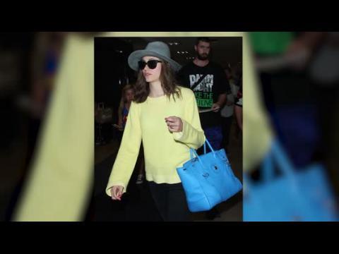Emmy Rossum se rend chez Starbucks directement après son atterrissage