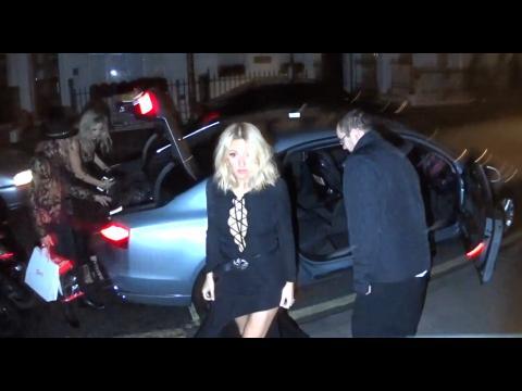 Vidéo : Ellie Goulding : bombardées après sa victoire aux Glamour Women of the Year Awards !
