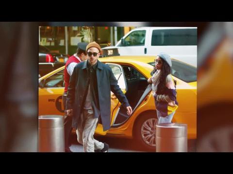 Robert Pattinson a un nouveau look au bras de sa nouvelle petite-amie, FKA Twigs