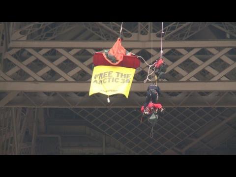 Russie: un militant Greenpeace se suspend à la Tour Eiffel