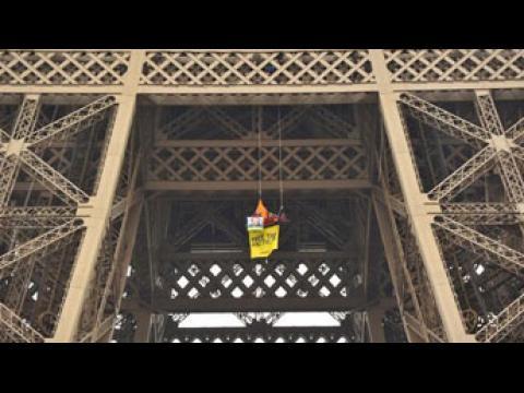 Greenpeace : accroché à la tour Eiffel, un activiste réclame la libération de 30 militants