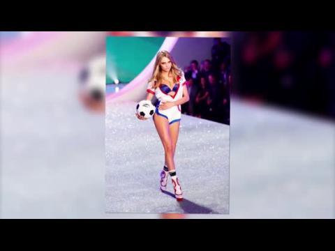 La belle Cara Delevingne fait la folle au défilé de Victoria's Secret