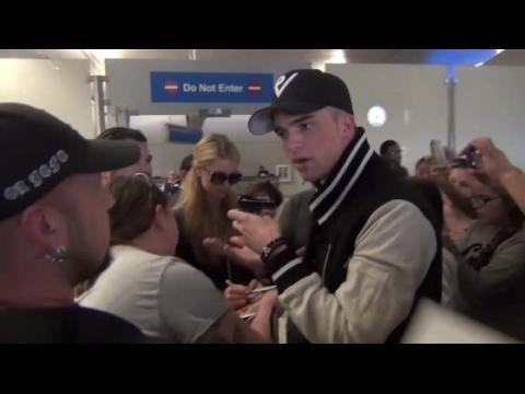 Le petit-ami de Paris Hilton, River Viiperi, se dispute avec un fan à l'aéroport