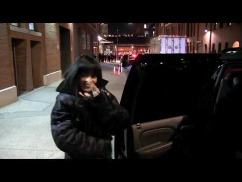Rihanna se prend une porte dans la figure