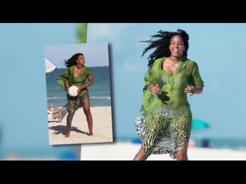 Kelly Rowland s'amuse à la plage en bikini