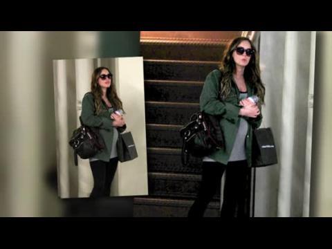 Megan Fox couvre son petit ventre pour une journée en famille