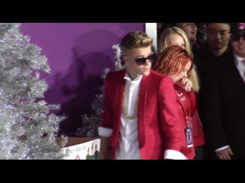 Justin Bieber embrasse sa mère à la première de Believe