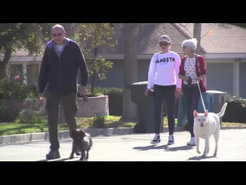Amanda Bynes promène ses chiens avec ses parents après sa cure