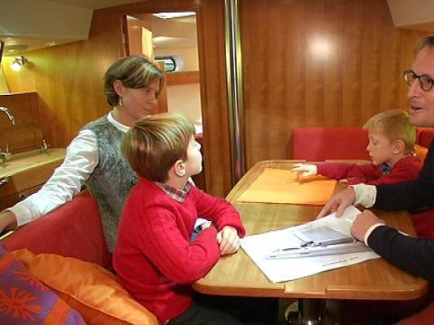Salon nautique une famille va faire le tour du monde en bateau 08 12 sur orange vid os - Salon nautique du crouesty ...