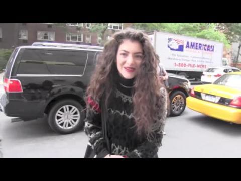 Lorde envoie des sms à Taylor Swift pour lui demander conseil
