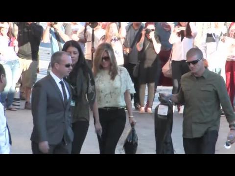 Jennifer Aniston retrouve son glamour habituel pour le Jimmy Kimmel Live