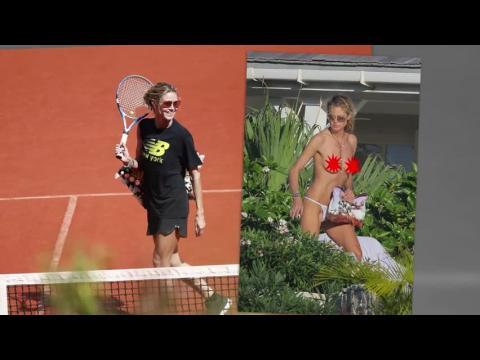 Heidi Klum prend un bain de soleil les seins nus à St. Bart