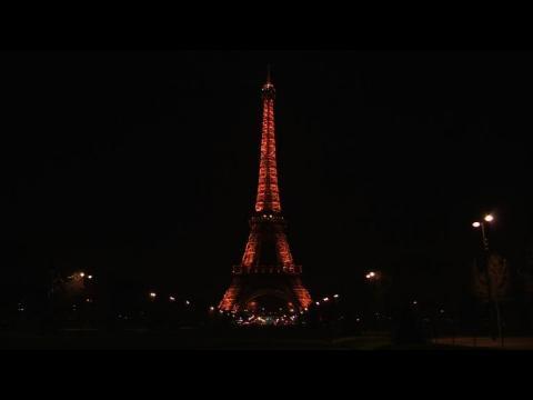 La tour Eiffel rend hommage à Charlie Hebdo