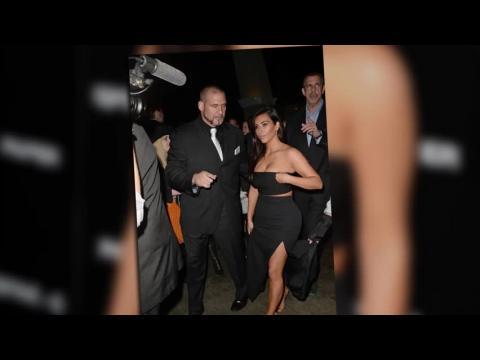 Kim Kardashian se couvre pour la soirée de Paper Magazine