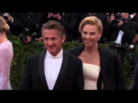 Charlize Theron dit combien elle est heureuse d'être avec Sean Penn