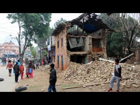 Le bilan du séisme s'alourdit, le Népal appelle à l'aide internationale