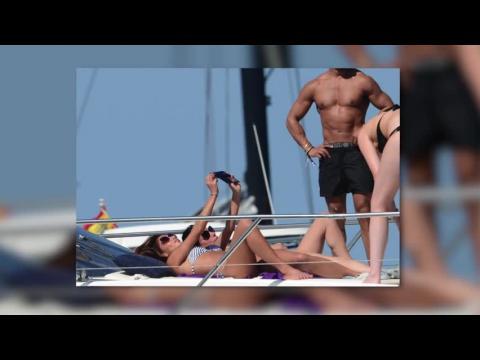 Nicole Scherzinger prend des selfies à Ibiza