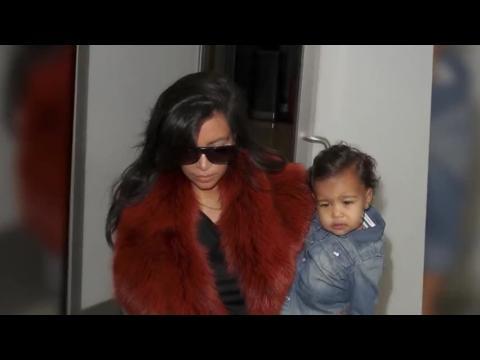 Kim Kardashian ignore le scandale des photos nues et s'envole pour Chicago