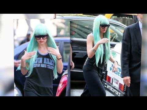 Amanda Bynes arrive à la cour avec une perruque bleue