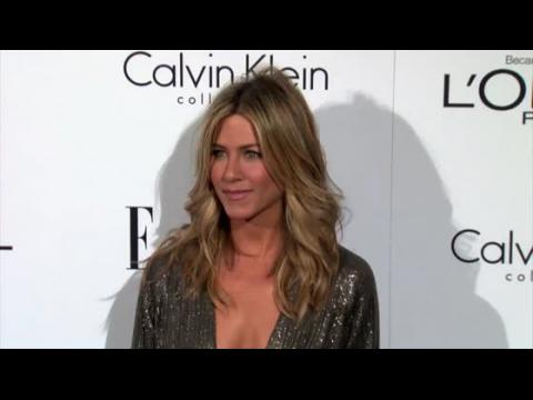 Jennifer Aniston évite un vol long courrier avec Angelina Jolie