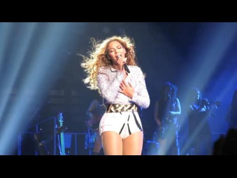 Beyonce se prend les cheveux dans un ventilateur pendant un concert