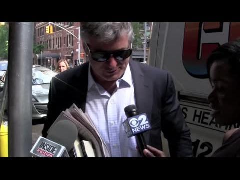 Alec Baldwin ignore les reporters après son coup de gueule sur Twitter