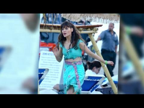 Zooey Deschanel dévoile son nombril à la plage pendant le tournage de New Girl